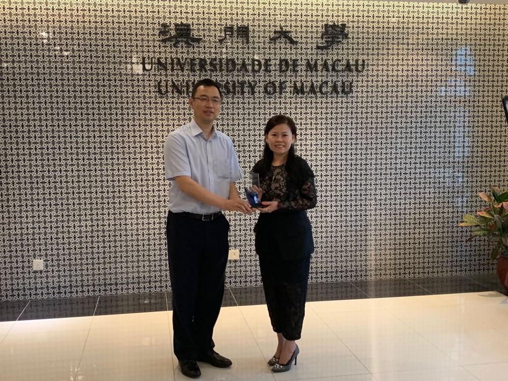 會長李彩紅和澳門大學研究服務及知識轉移辦公室楊志新主任合照